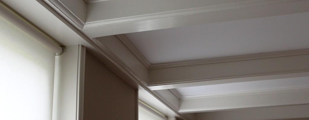 Balkenplafond met stucwerk tussen balken