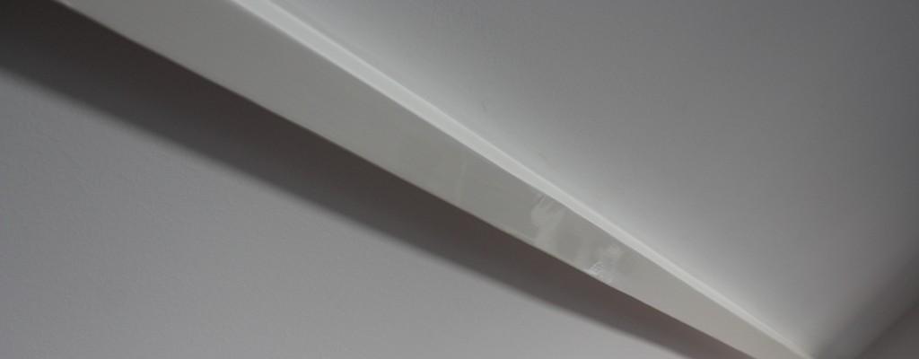 Hoogglans aflak met matte muurverf op wanden en plafond.